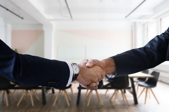 転職して握手をかわす人たち
