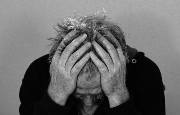 頭痛に耐える男性