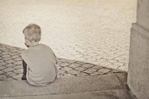 ひとりぼっちで過ごしている子ども