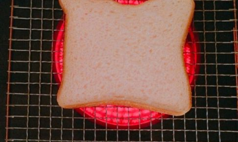 食パンを焼いているラジエントヒーター