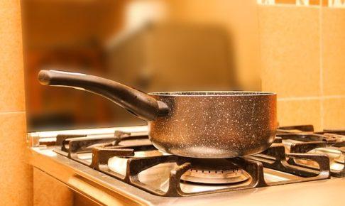 コンロでお湯を沸かす
