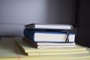 重なる書類や本