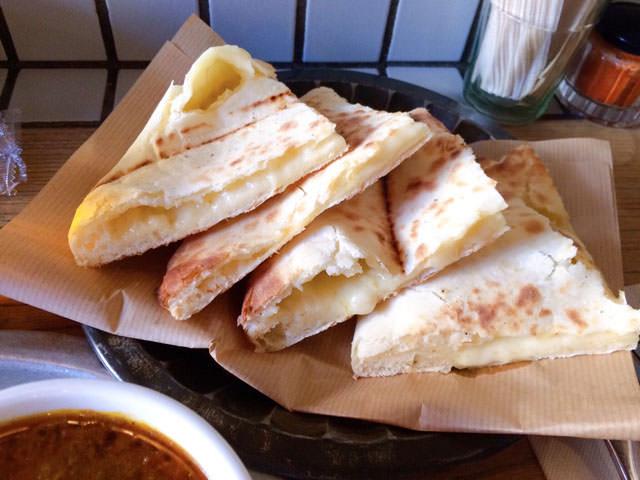 サジロカフェのチーズナン