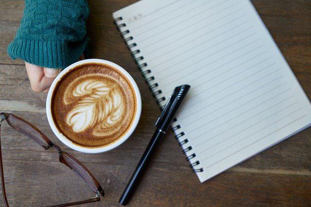 一息つきながらノートを書く人
