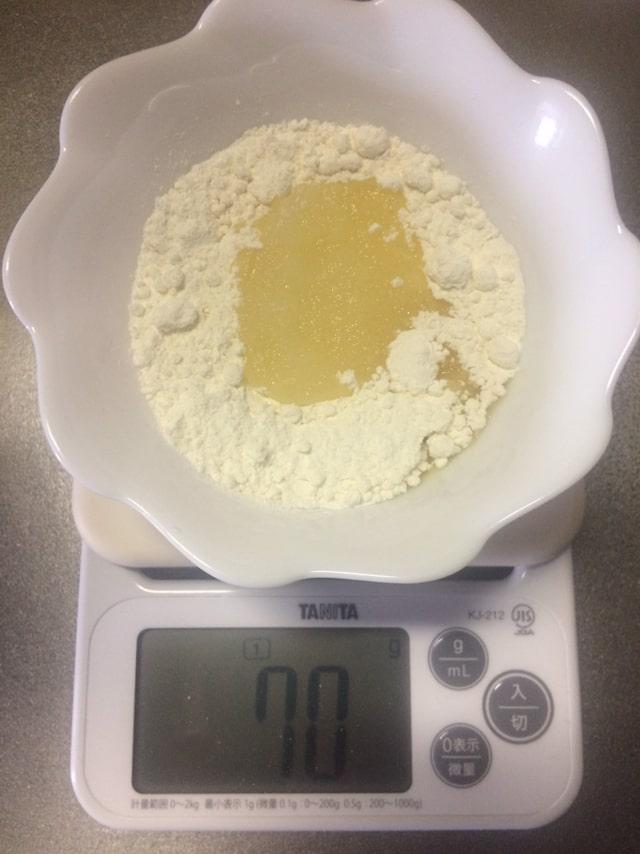 クッキーの材料を計量