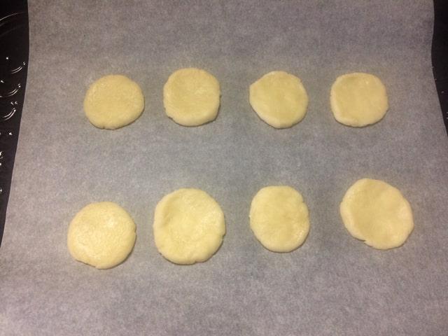 天板にならべたクッキー生地