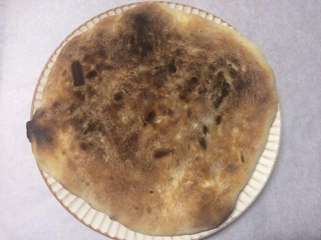 粉をはたいて焼いたチーズナン